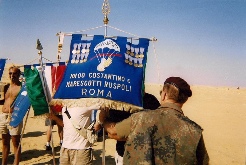 Ruspoli in visita a El Alamein nel deserto depressione El Kattara dove caddero gli eroi Costantino e Marescotti Ruspoli alla testa della Divisione Folgore (Raggruppamento Ruspoli)