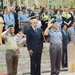Ruspoli decora la bandiera della Guardia di Finanza. Alla destra il generale Speciale e il colonnello Itro.