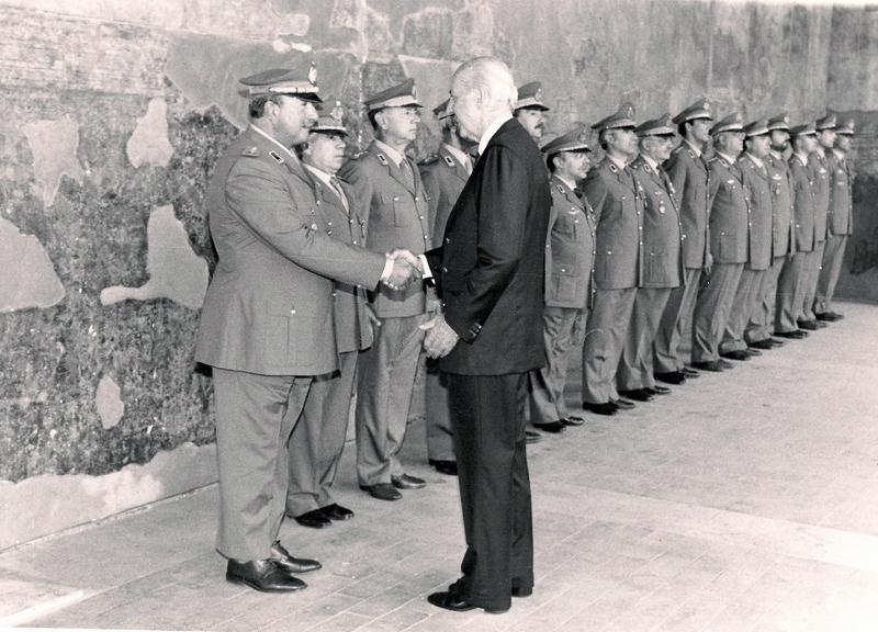Nella sua qualità di Commissario Ruspoli passa in rassegna gli ufficiali del Corpo Militare dell'Ordine di Malta comandati dal Generale Mario Prato